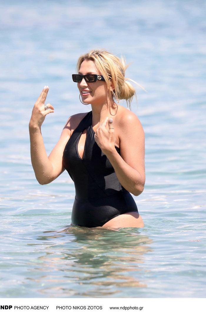 Η Σπυροπούλου στην παραλία με ολόσωμο μαγιό που τονίζει τις καμπύλες της - εικόνα 2