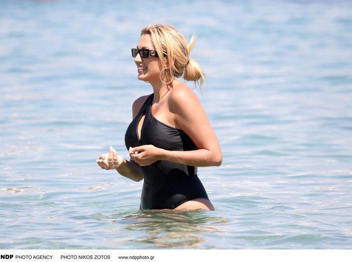 Η Σπυροπούλου στην παραλία με ολόσωμο μαγιό που τονίζει τις καμπύλες της - εικόνα 4