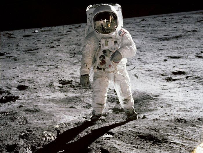 Περπατώντας στη Σελήνη