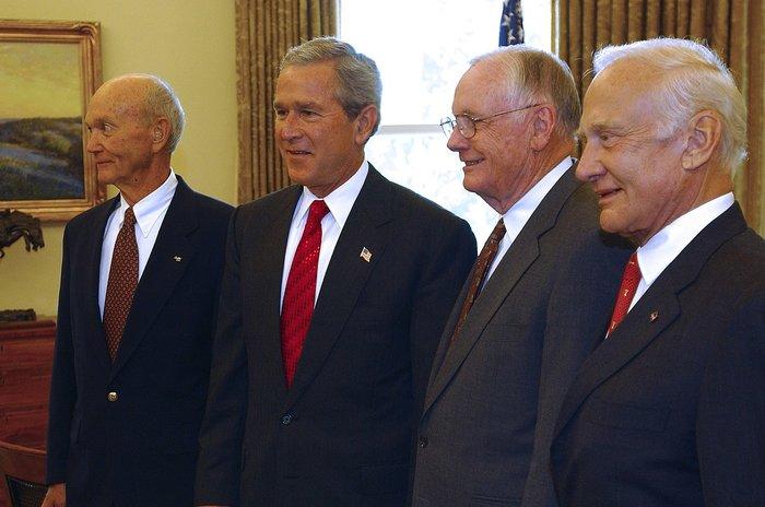 Οι αστροναύτες του Apollo στον Λευκό Οίκο με τον Τζορτζ Μπους τον νεότερο