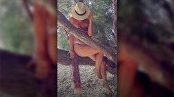 Η πόζα του καλοκαιριού: η πρωταγωνίστρια με το μαγιό πάνω στο δέντρο