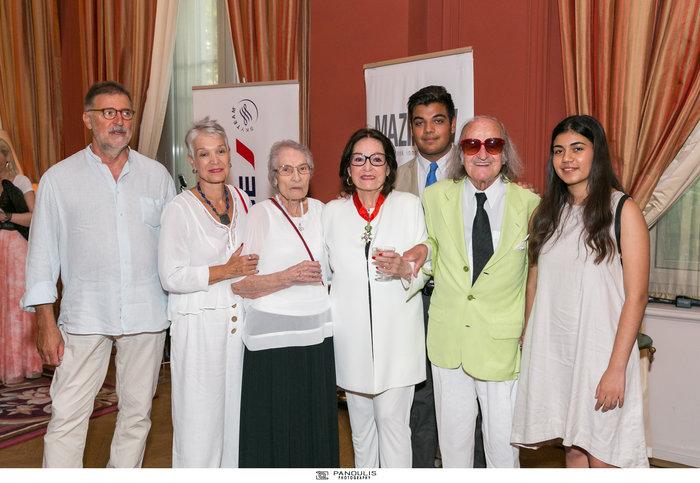 Η Νάνα Μούσχουρη με το σύζυγό της, Αντρέ Σαπέλ, (δεξιά της) και μέλη της οικογένειάς της.
