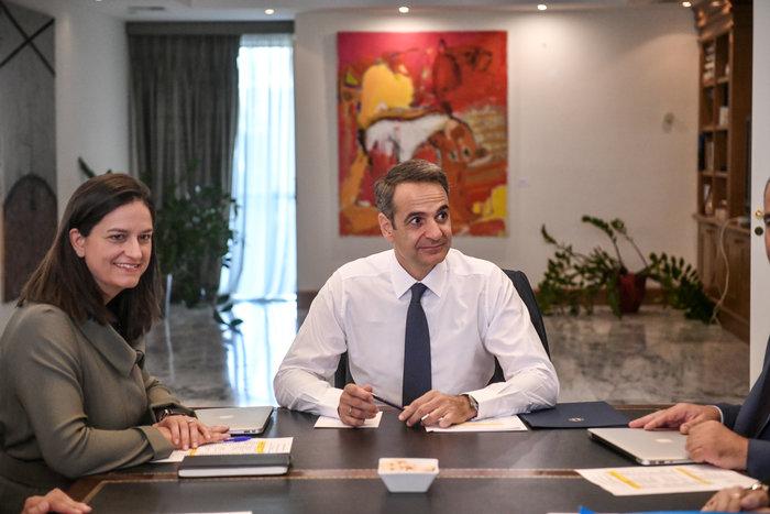 Σε εξέλιξη η επίσκεψη Μητσοτάκη στο υπουργείο Παιδείας