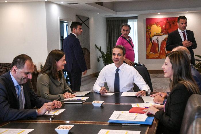 Σε εξέλιξη η επίσκεψη Μητσοτάκη στο υπουργείο Παιδείας - εικόνα 2