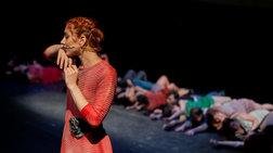 Μια καταπληκτική παράσταση ομάδας ατόμων με ή χωρίς αναπηρία