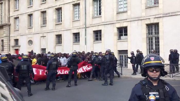 Eπεισόδια με μετανάστες στο Παρίσι, κατέλαβαν το Πάνθεον - εικόνα 2