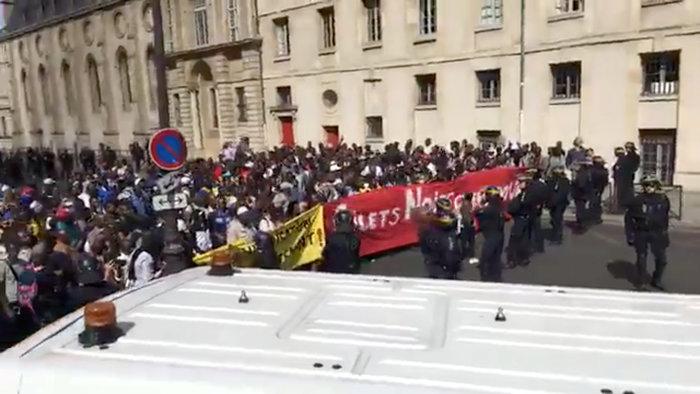 Eπεισόδια με μετανάστες στο Παρίσι, κατέλαβαν το Πάνθεον
