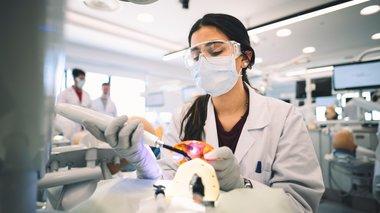 simeio-anaforas-to-prwto-akadimaiko-programma-odontiatrikis-stin-kupro