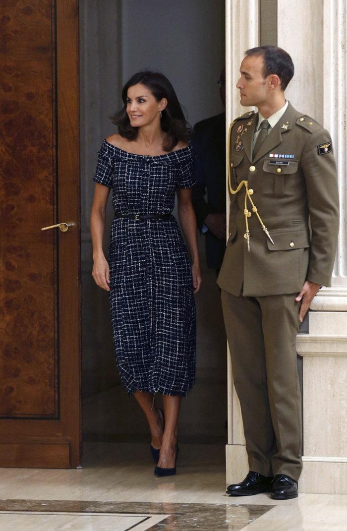 Η βασίλισσα Λετίσια με φόρεμα Zara αξίας 26 ευρώ μέσα στο παλάτι