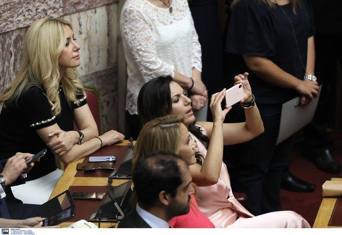 Μάχη για την καλύτερη selfie:Πήραν φωτιά τα κινητά βουλευτών αλλά & παπάδων - εικόνα 2