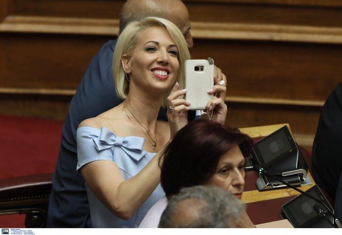 Μάχη για την καλύτερη selfie:Πήραν φωτιά τα κινητά βουλευτών αλλά & παπάδων - εικόνα 3