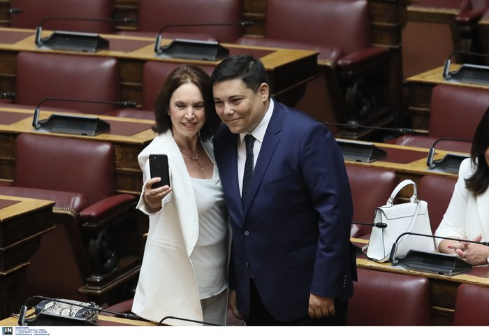 Μάχη για την καλύτερη selfie:Πήραν φωτιά τα κινητά βουλευτών αλλά & παπάδων - εικόνα 4