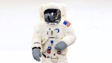 deite-ton-katapliktiko-astronauti-pou-eftiakse-i-lego