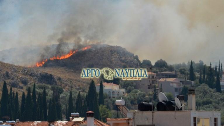 Φωτιά στο Ναύπλιο κοντά σε κατοικημένη περιοχή