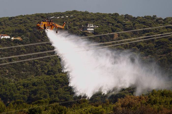 Φωτιές σε εξέλιξη σε Ραφήνα και Βαρνάβα-Κλειστή η Λ. Μαραθώνος