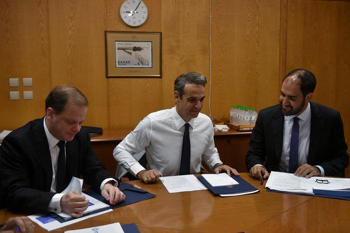 Σύσκεψη Μητσοτάκη - Καραμανλή στο υπουργείο Υποδομών