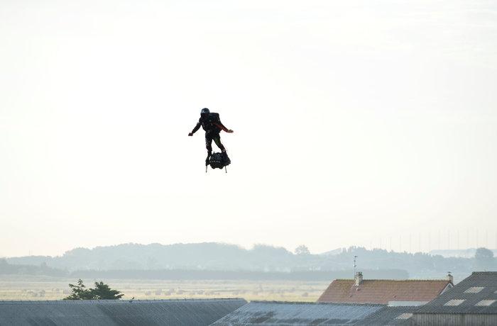 """Φράνκι Ζαπάτα, ο """"ιπτάμενος"""" Γάλλος που διέσχισε τη Μάγχη με Flyboard"""