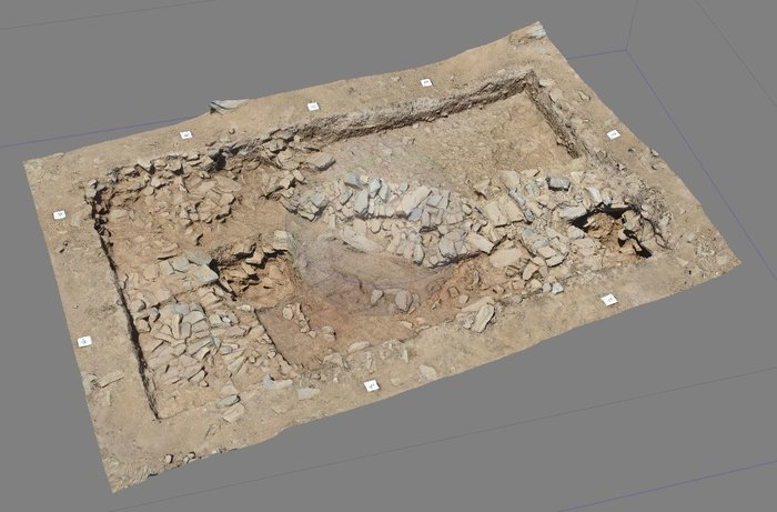 Στο πλάτωμα της κορυφής αποκαλύφθηκαν πολυάριθμοι, ευθύγραμμοι και καμπύλοι, λιθόκτιστοι τοίχοι