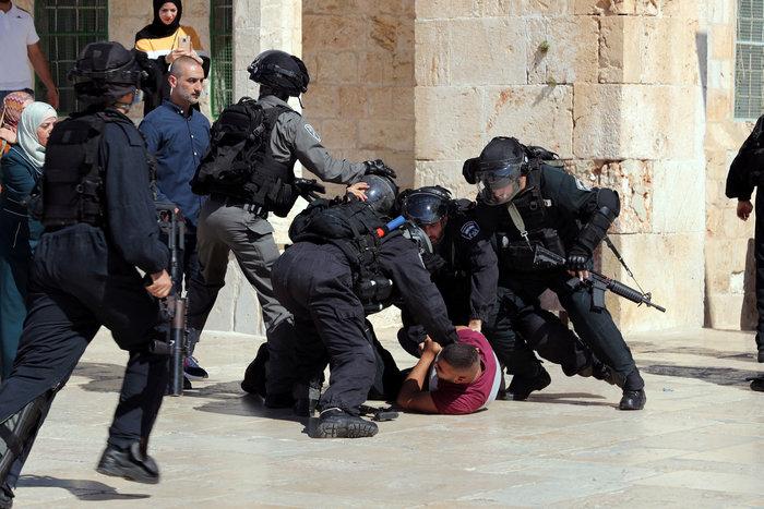Συγκρούσεις ισραηλινών αστυνομικών και Παλαιστινίων στην Πλατεία Τζαμιών - εικόνα 2