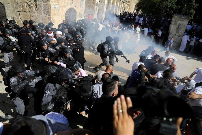 Συγκρούσεις ισραηλινών αστυνομικών και Παλαιστινίων στην Πλατεία Τζαμιών - εικόνα 3