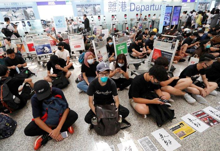 Χονγκ Κονγκ: Εκατοντάδες διαδηλωτές στο αεροδρόμιο (φωτό)