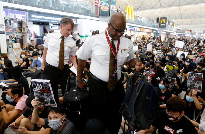 Χονγκ Κονγκ: Εκατοντάδες διαδηλωτές στο αεροδρόμιο (φωτό) - εικόνα 2