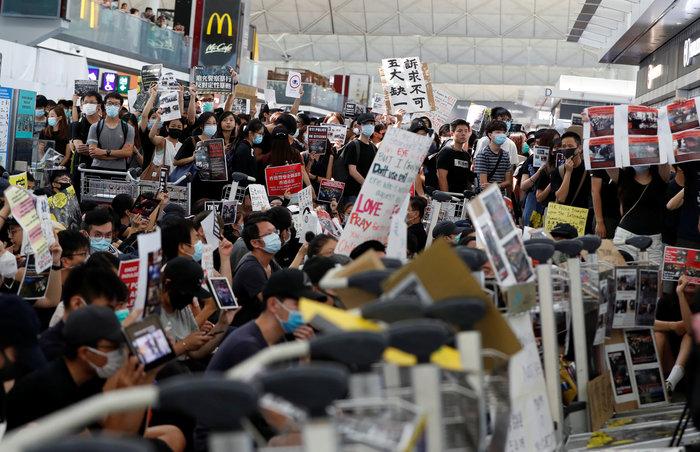 Χονγκ Κονγκ: Εκατοντάδες διαδηλωτές στο αεροδρόμιο (φωτό) - εικόνα 6