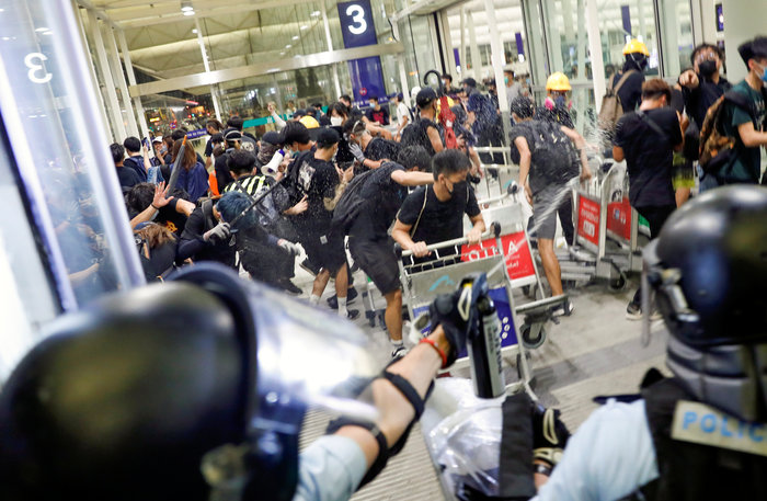Χονγκ Κονγκ: Εκατοντάδες διαδηλωτές στο αεροδρόμιο (φωτό) - εικόνα 3
