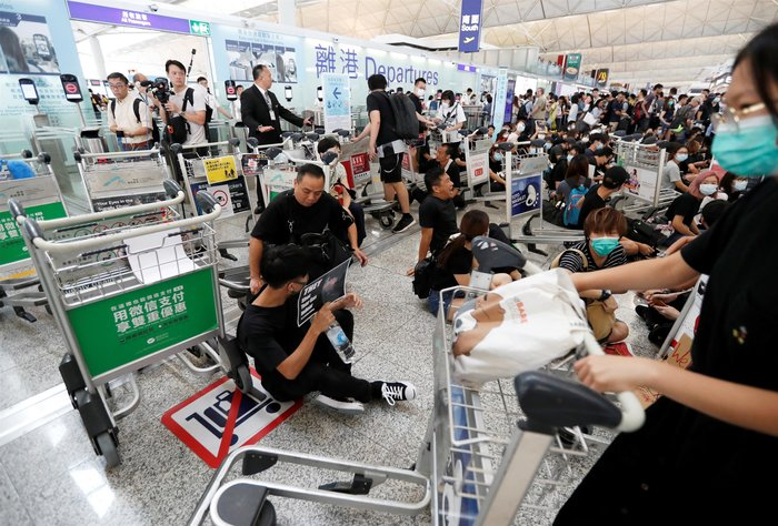 Χονγκ Κονγκ: Εκατοντάδες διαδηλωτές στο αεροδρόμιο (φωτό) - εικόνα 4
