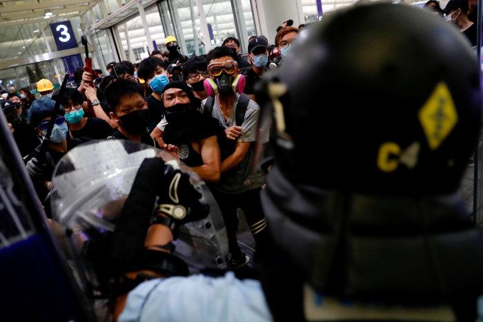 Χονγκ Κονγκ: Εκατοντάδες διαδηλωτές στο αεροδρόμιο (φωτό) - εικόνα 5