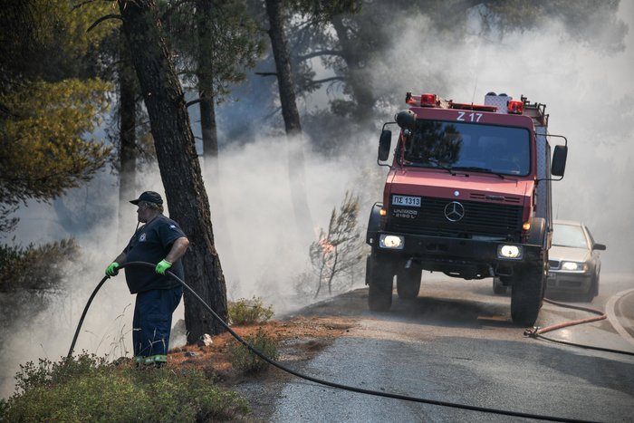 Καρέ καρέ η μάχη των πυροσβεστών στην Εύβοια