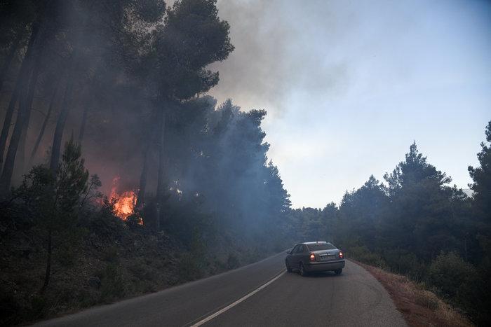Καρέ καρέ η μάχη των πυροσβεστών στην Εύβοια - εικόνα 4