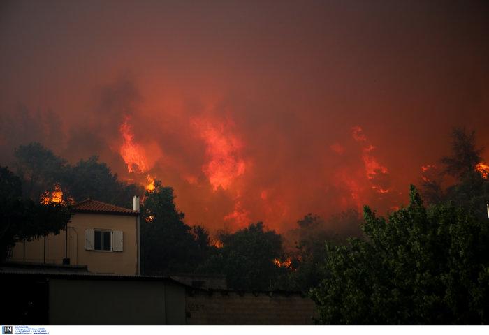 Εύβοια: Στα σπίτια του χωριού Μακρυμάλλη ο πύρινος εφιάλτης