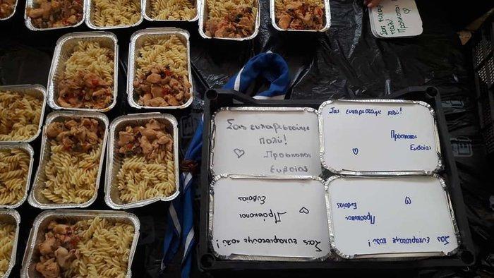 Εύβοια: Οι πρόσκοποι έδωσαν φαγητό & νερό στους πυροσβέστες (φωτό)