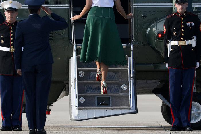 Μελάνια Τραμπ: Με αμέτρητες Louis Vuitton και φλοράλ Louboutin στιλέτο