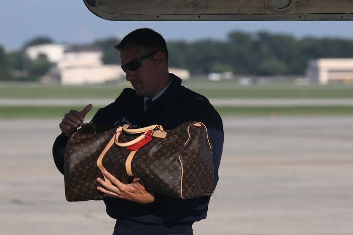 Μελάνια Τραμπ: Με αμέτρητες Louis Vuitton και φλοράλ Louboutin στιλέτο - εικόνα 3