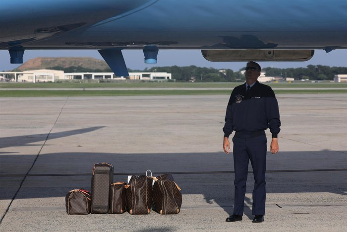 Μελάνια Τραμπ: Με αμέτρητες Louis Vuitton και φλοράλ Louboutin στιλέτο - εικόνα 4