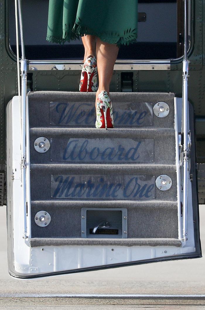 Μελάνια Τραμπ: Με αμέτρητες Louis Vuitton και φλοράλ Louboutin στιλέτο - εικόνα 5