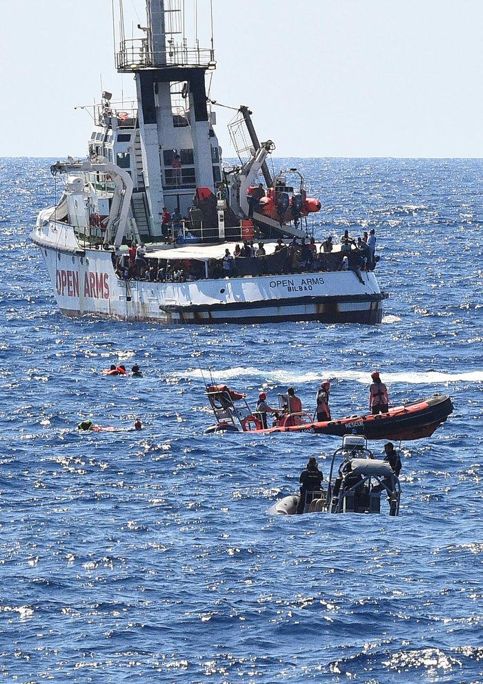 Aπελπισία-Πηδούν από το Open Arms για να φτάσουν στην ακτή