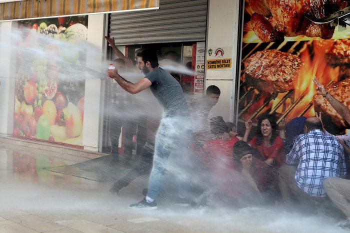 Τουρκία: Με δακρυγόνα διαλύθηκε η διαδήλωση για τους κούρδους δημάρχους