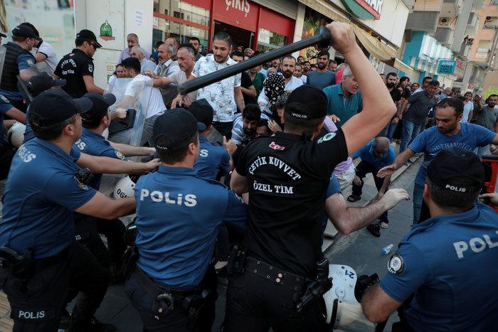 Τουρκία: Με δακρυγόνα διαλύθηκε η διαδήλωση για τους κούρδους δημάρχους - εικόνα 3