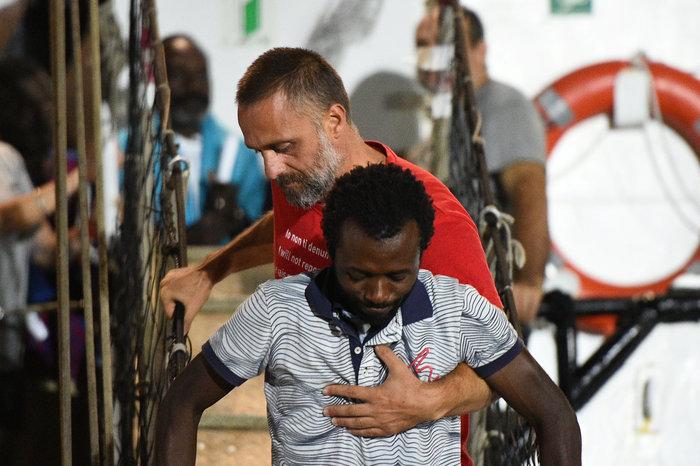 Tέλος στην οδύσσεια: Στη Λαμπεντούζα οι μετανάστες του Open Arms - εικόνα 7