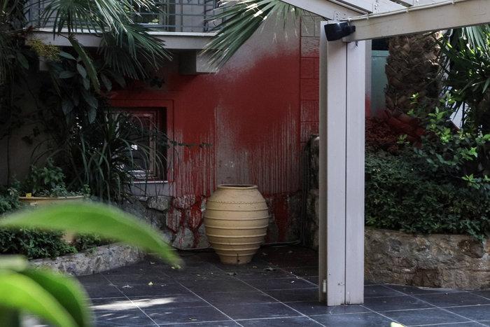 Eπίθεση του Ρουβίκωνα σε εστιατόριο στο Χαλάνδρι (φωτό) - εικόνα 2