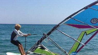 anastasia-gerolumatou-i-81xroni-pou-tha-dianusei-18-milia-me-windsurf