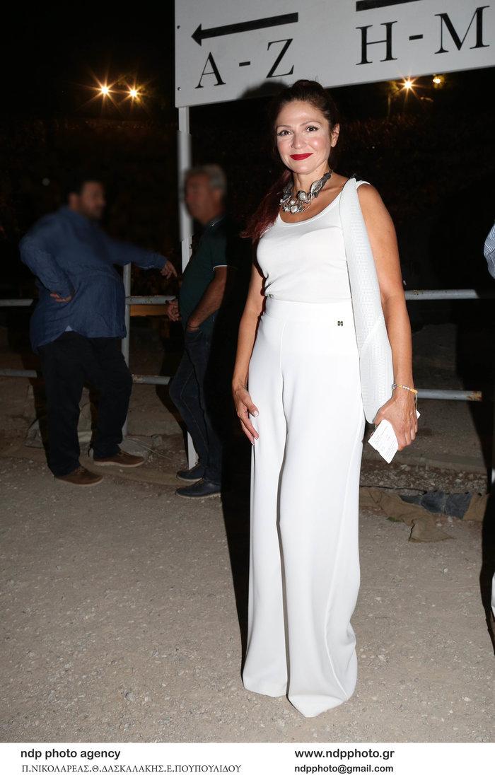 Ταμίλα Κουλίεβα: Με total white look στην Επίδαυρο μαζί με την αδελφή της - εικόνα 2