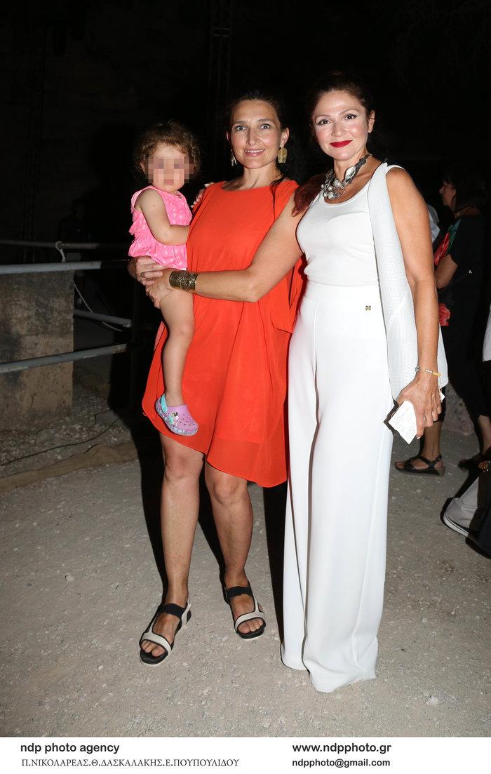 Ταμίλα Κουλίεβα: Με total white look στην Επίδαυρο μαζί με την αδελφή της