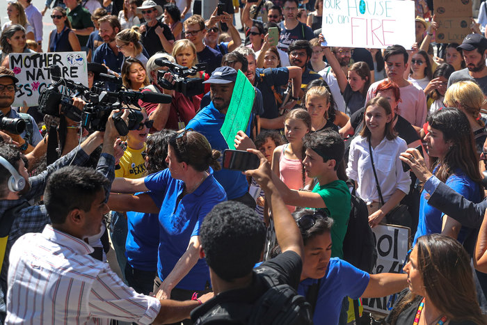 Η Γκρέτα Τούνμπεργκ και εκατοντάδες διαδηλώνουν έξω από την έδρα του ΟΗΕ