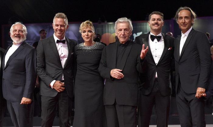 Ο Κ. Γαβράς με τους συντελεστές της ταινίας «Ενήλικοι στο Δωμάτιο» στη Βενετία