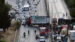 Σύγκρουση φορτηγού με ΙΧ: Κλειστή η Λεωφόρος Αθηνών μετά το Δαφνί