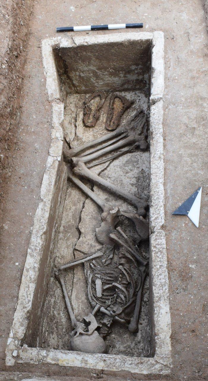 Ταφή εξωτερικά του Ηρώου κτερισμένη με τα σανδάλια του νεκρού (5ος αι. π.Χ.).